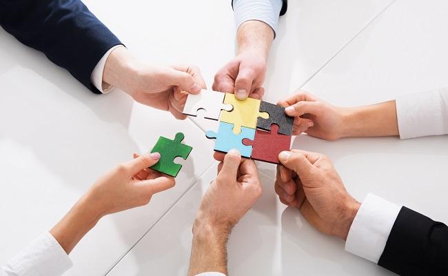 zespół składa puzzle