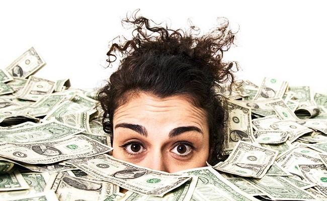kobieta schowana w pieniądzach