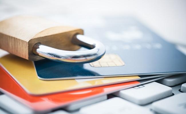 karty płatnicze i kłódka