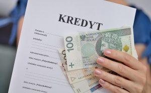 wniosek kredytowy i banknoty