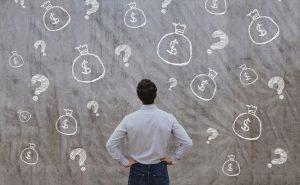 człowiek, pieniądze i znaki zapytania