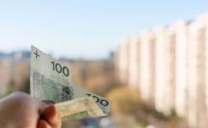 pieniądze na tle blokowiska