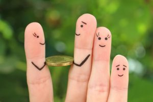 palce z monetami