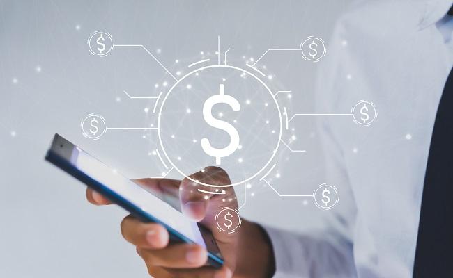 płatności cykliczne - mężczyzna z telefonem