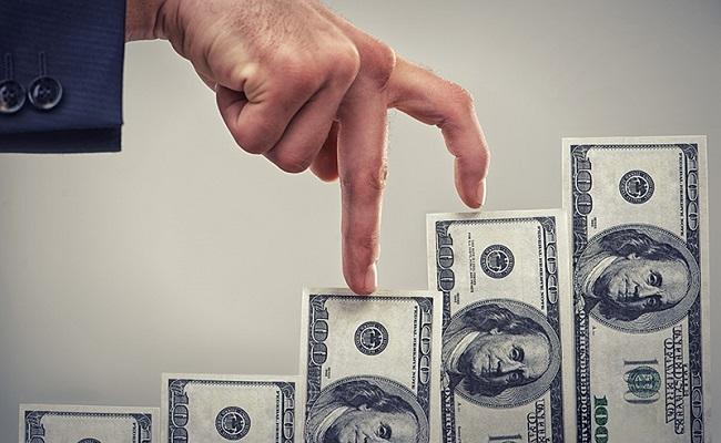 palce idące po banknotach