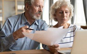 kobieta i mężczyzna zaaferowani przeglądają dokumenty