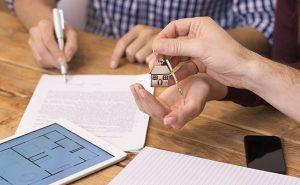 podpis na umowie i klucze do domu