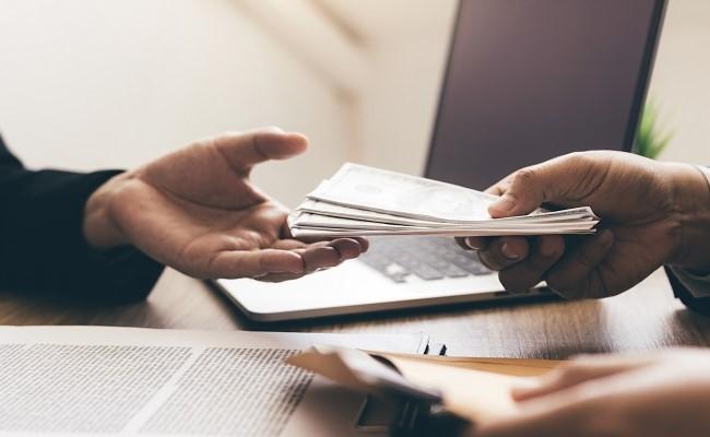 przekazywanie gotówki z rąk do rąk