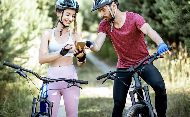app2U ludzie na rowerach z telefonem