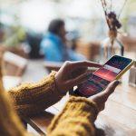 bankowość mobilna kobieta z telefonem